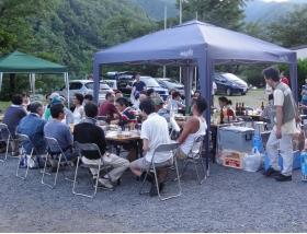 テーブルを囲むボランティアと地元住民の方々