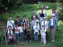 ふるさと緑地での清掃活動後の全員集合写真