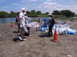 淀川わんどクリーン大作戦 清掃活動の様子
