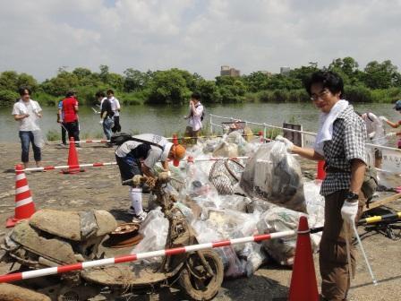 淀川わんどクリーン大作戦2011 清掃活動の様子