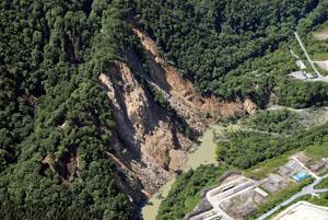写真-1 石淵ダム下流右岸の崩壊