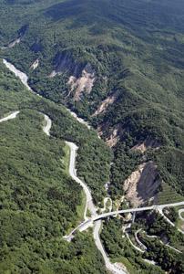 写真-2 胆沢川に合流する尿前沢沿いの崩壊