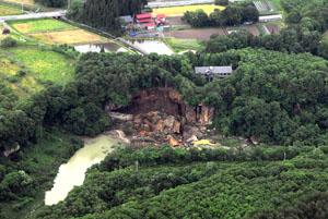 写真-3 磐井川左岸の河岸段丘の崩落