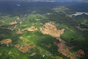 写真-4 栗駒ダム上流(冷沢)の地すべり