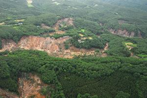 写真-5 栗駒ダム上流(冷沢)の地すべり(写真-4を南側から望む)