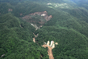 写真-6 栗駒ダム上流(御沢右岸)の地すべり