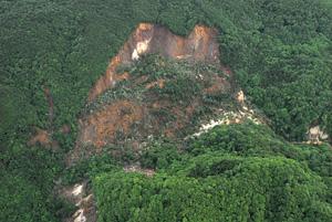写真-7 栗駒ダム上流(御沢右岸)の地すべり