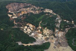 写真-8 荒砥沢ダム上流部の大規模地すべり