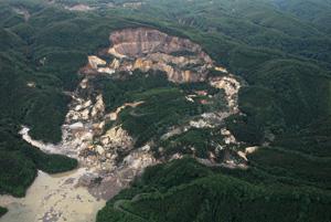 写真-9 荒砥沢ダム上流部の大規模地すべり