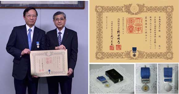 (左)藍綬放送を受賞した那須(右)社長の小川